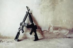 rifle na parede do grunge em casa abandonada foto