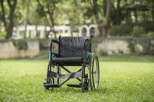 cadeira de rodas vazia estacionada no parque, conceito de cuidados de saúde. foto