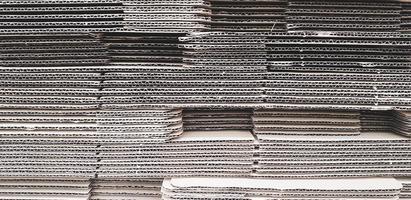 pilha de caixa de papelão de papelão empilhada. indústria de navegação foto