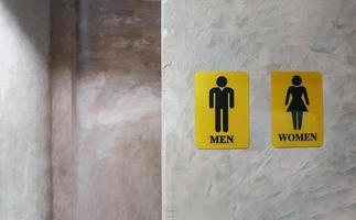 banheiro público de homens e mulheres. sinal de banheiro feminino e masculino foto