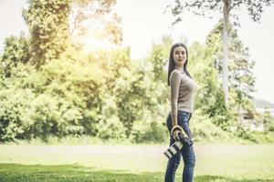retrato de uma mulher fotógrafa segurando a câmera foto