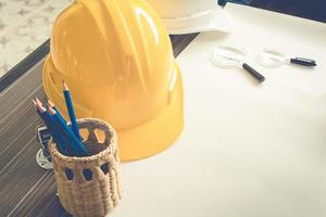 equipamento de engenheiro de construção na mesa foto