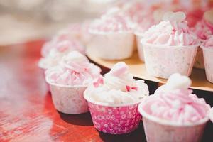 Bolinhos rosa na cerimônia de casamento foto
