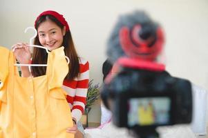 entrevista de blogger vlogger asiático com câmera digital dslr profissional foto