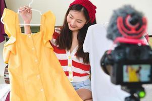 entrevista de blogger de beleza asiática vlogger com câmera digital dslr foto
