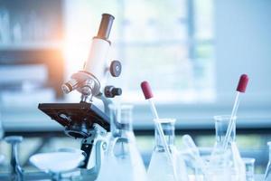 microscópio de laboratório médico em teste de laboratório de biologia química foto