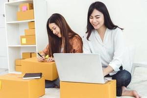jovem mulher asiática empreendedora de pequena empresa iniciante foto
