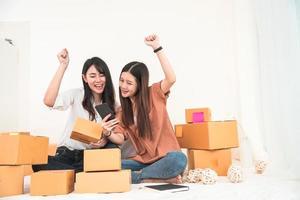 Duas jovens asiáticas em um empreendedor de pequena empresa iniciante foto