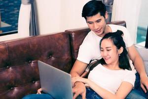 casais jovens asiáticos usando laptop. amantes e casais foto