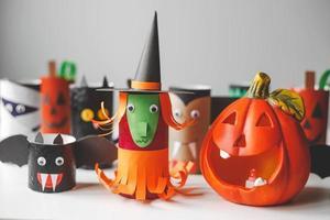 monstros de halloween de rolos de papel higiênico. artesanato infantil foto