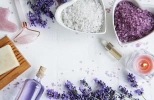 cosmético de ervas naturais com flores de lavanda foto