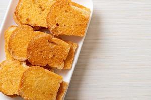 pão crocante assado com manteiga e açúcar foto