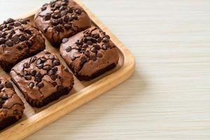 brownies de chocolate amargo com gotas de chocolate foto