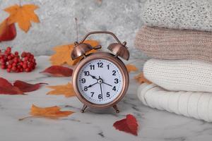 outono natureza morta com blusas de malha, caído foto