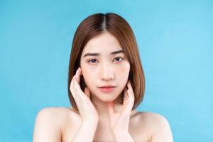 mulher jovem e atraente asiática com pele jovem. foto