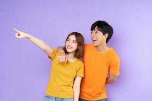 retrato de casal asiático, isolado em fundo roxo foto