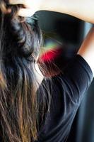 retrovisor de mulher com caspa no ombro foto
