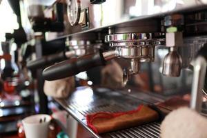 a máquina de café profissional faz café expresso. foto