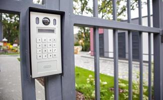 video porteiro no portão de entrada da zona residencial. foto