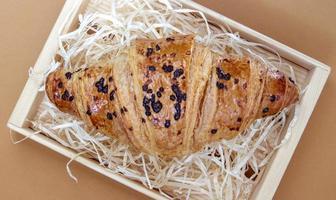 um croissant crocante regular de grãos inteiros com recheio de chocolate foto