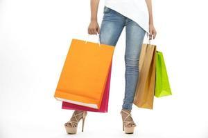 mulheres segurando sacolas de compras foto