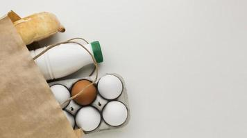 ovos orgânicos e leite fresco com espaço de cópia foto