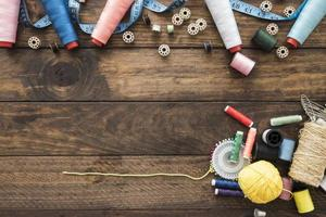 costurar coisas em uma placa de madeira foto