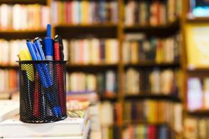 copo com papelaria na biblioteca foto