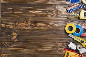 instrumentos eletrônicos de reparo em mesa de madeira foto