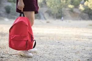 adolescente esperando com mochila foto