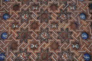 teto de madeira decorativo com brasões e emblemas medievais. foto