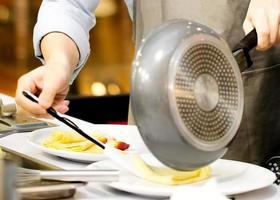 chef preparando comida na cozinha, chef preparando comida foto