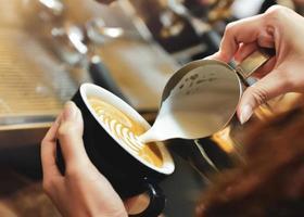 café servindo em copos na cafeteria foto