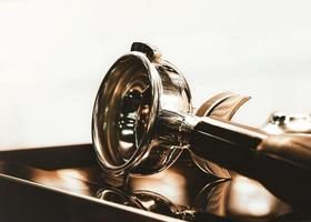 café fresco da máquina de café com café de filtro sem fundo foto