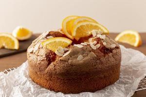 delicioso bolo bundt com arranjo de laranjas foto