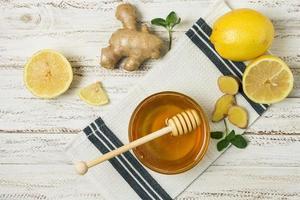 pote de mel com limão e gengibre foto