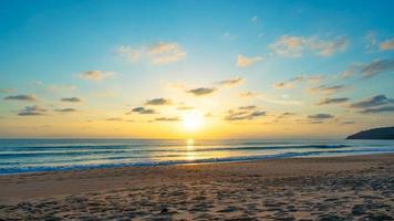 nuvens do céu ao pôr do sol ou ao nascer do sol sobre o mar foto