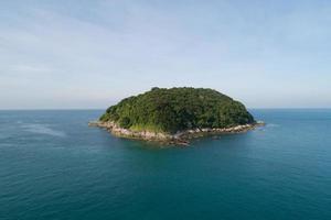 vista aérea da paisagem da pequena ilha foto