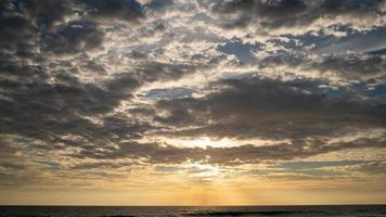 nuvens negras sobre o mar foto