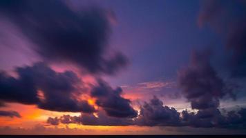 longa exposição céu colorido pôr do sol ou nascer do sol foto
