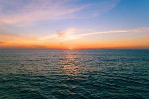 vista aérea bela vista do pôr do sol sobre o mar foto