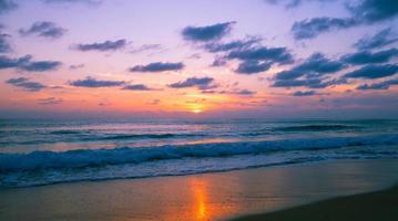 bela luz do pôr do sol ou nascer do sol no mar foto