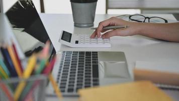 mãos usando calculadora com laptop na frente, conceitos de negócios. foto