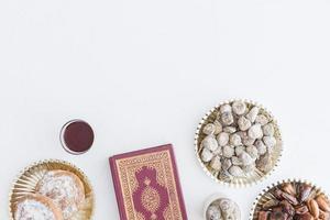 sobremesas tradicionais e livro de Alcorão foto