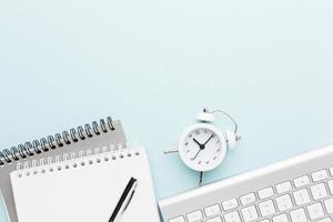 vista superior de um notebook e um relógio foto