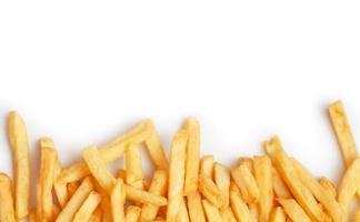 batatas fritas em fundo branco foto