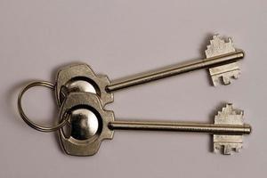 a velha chave da fechadura mecânica usada nas portas interiores das casas. foto