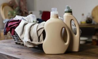 recipientes de detergente e roupas foto