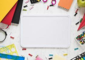 material escolar e de escritório com fundo branco foto