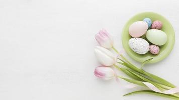 ovos de páscoa coloridos com tulipas foto